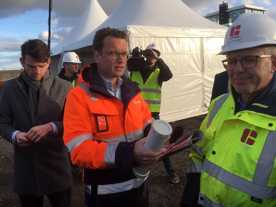 Eerste paal voor onderhoudsbasis windparkbouwer Ørsted in North Sea Port – bekijk de video